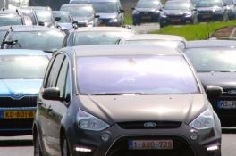 Auto met caravan geschaard; A73 deels dicht
