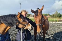 Sanne is dolblij met nieuwe pony's na drama waarbij er drie verongelukten