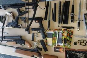 Arsenaal wapens gevonden in huis, man gaat door het lint