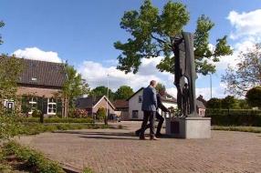 Burgemeester van Sint Anthonis legt kransen in alle zeven dorpskernen: 'Herdenken is heel anders nu'