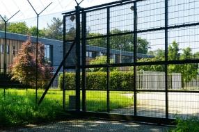Dorpsbewoners voelen zich onveilig door azc en willen dat het dichtgaat