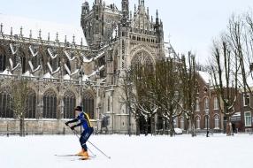 Sneeuwnieuws: eerste schaatsers op het ijs, marktkooplui hebben het stervenskoud