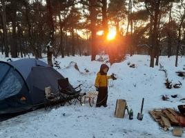 Familie Markerink gaat nachtje winterkamperen tijdens ijskoud weekend: 'Lekker shoarma besteld'